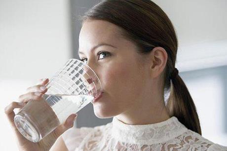 كوب من الماء قبل الوجبات يساعد في فقدان الوزن