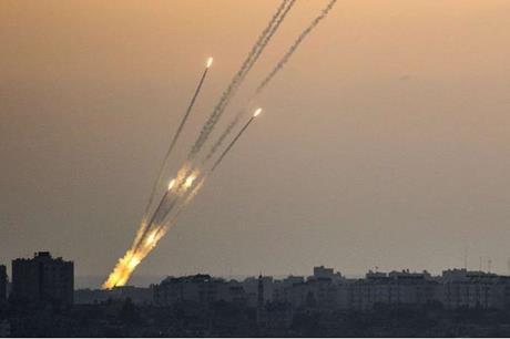 اشتعال النيران في مناطق بعسقلان المحتلة جراء سقوط صاروخ أطلق من غزة