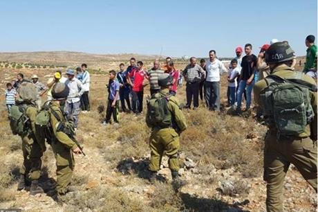 بيت لحم .. الاحتلال يمنع مزارعين في حوسان من دخول أراضيهم