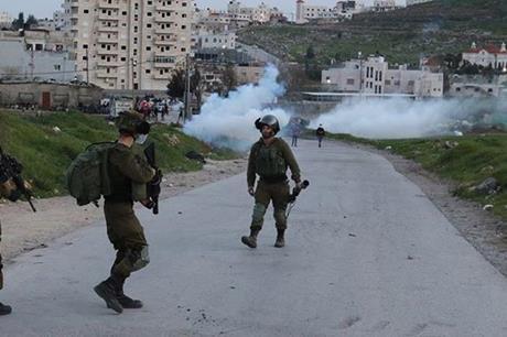 إصابة فلسطينيين بالرصاص خلال قمع الاحتلال مسيرة في نابلس